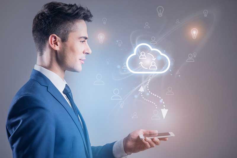 Hombre de empresa pensando ideas en la Nube.