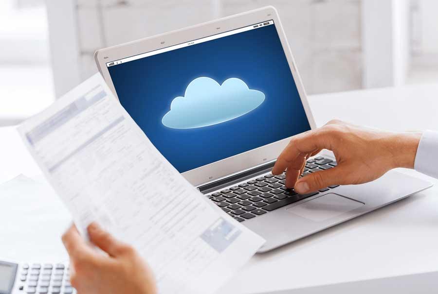 hombre trabajando en cloud desde su portátil