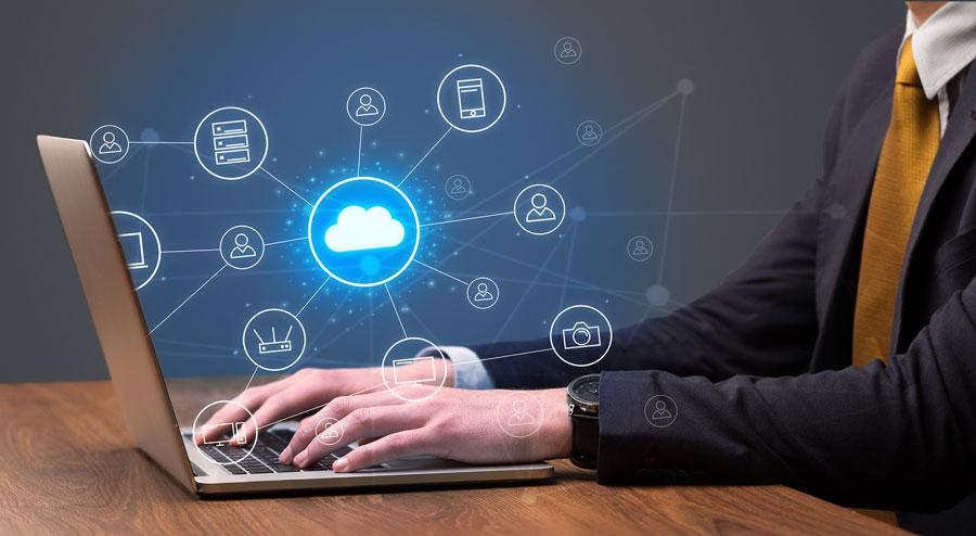 trabajador usando almacenamiento la nube desde su portátil