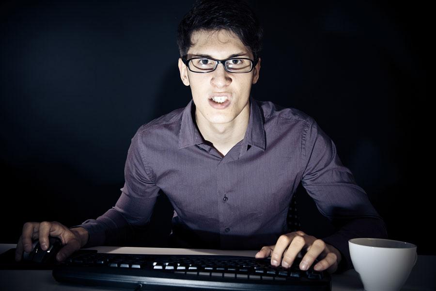 administrador IT manejando el ordenador enfadado