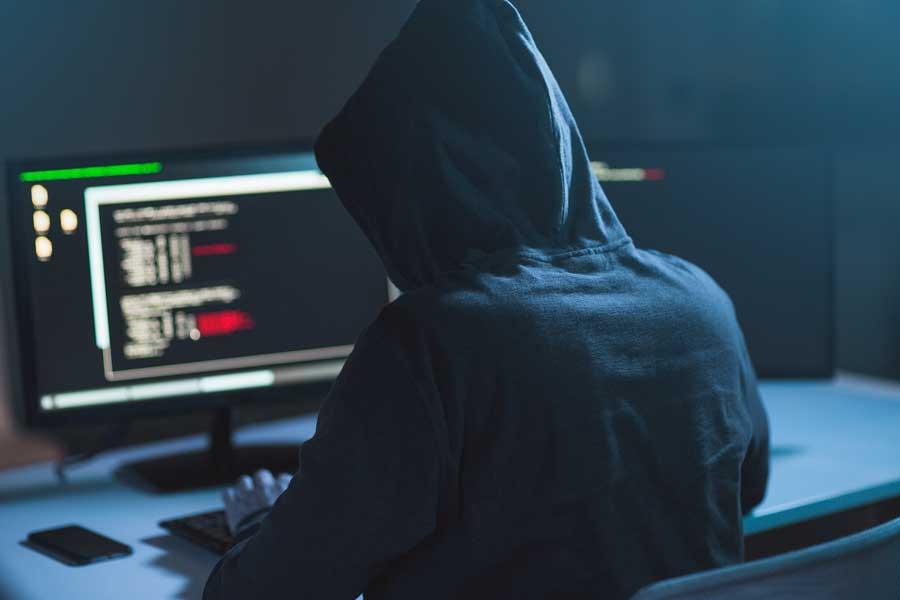 Hacker o ciberdelincuente programando