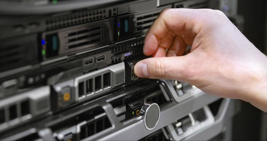 Técnico reemplazando disco duro físico